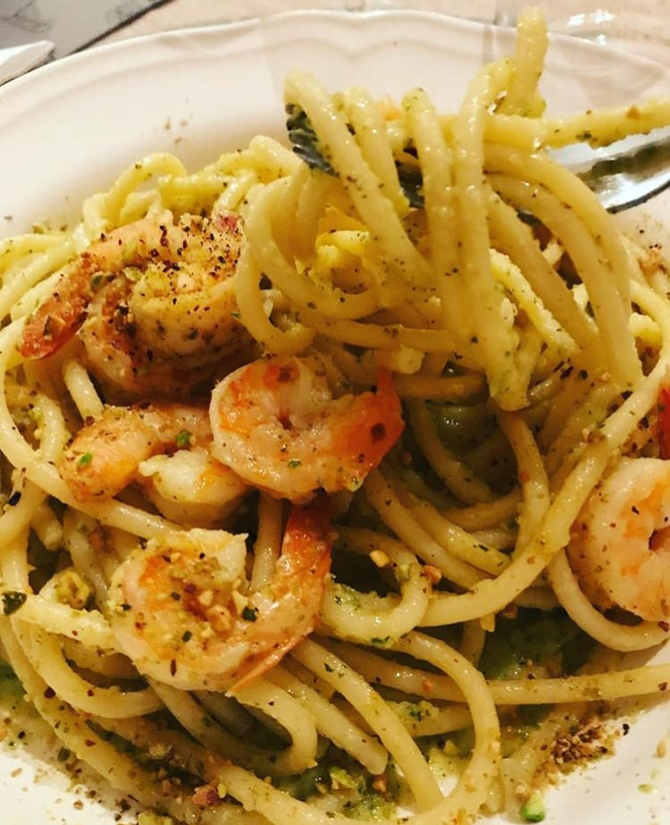 Spaghetti Gamberetti , zucchine e granella di pistacchio