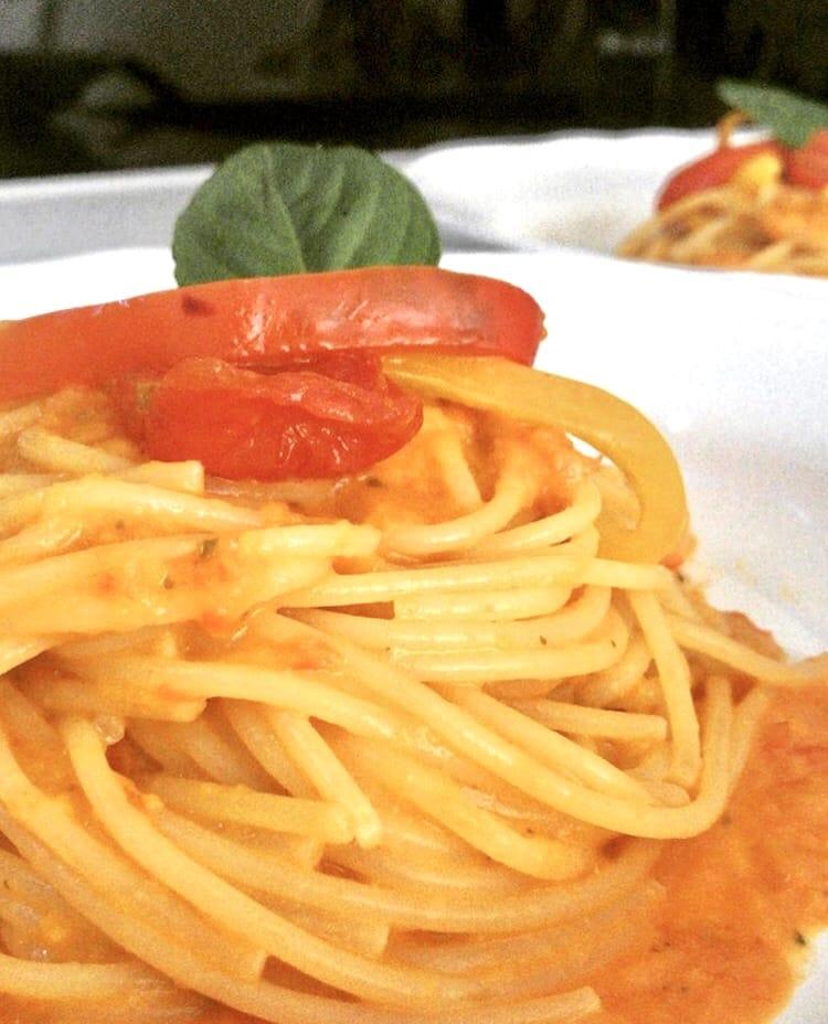 Spaghetti con peperoni giallo rossi